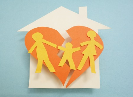 Paper family over torn heart, on house - divorce concept Stockfoto