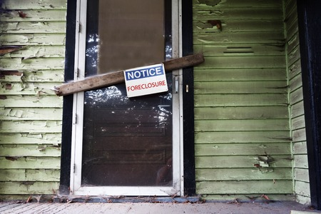 ドアに抵当流れ記号と古い家 写真素材