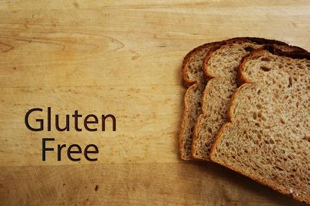 comiendo pan: Rebanadas de pan y texto Sin Gluten sobre una tabla de cortar Foto de archivo