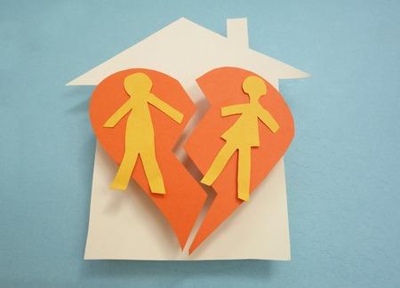 Papier Paar auf einem geteilten Haus - Scheidung-Konzept