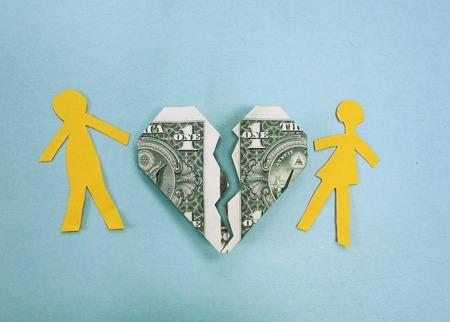 pareja discutiendo: Pareja de papel y el corazón roto dólar - el divorcio o problemas de dinero concepto Foto de archivo