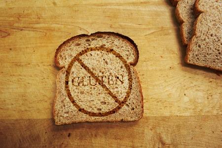La rebanada de pan con el texto Gluten - El gluten concepto de dieta libre