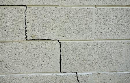 갈라진 금: 콘크리트 블록 건물의 기초에 균열 스톡 사진