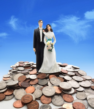 동전에 플라스틱 웨딩 커플 - 돈 개념