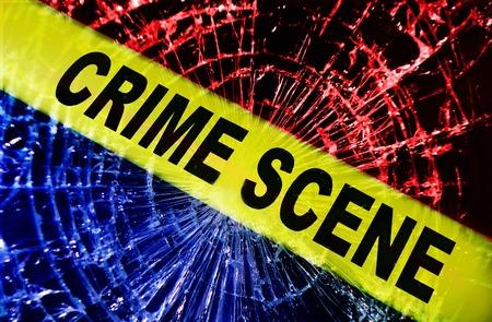 노란색 범죄 현장 테이프로 깨진 창문 스톡 콘텐츠