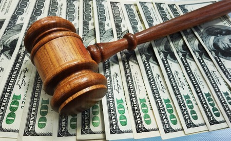 Gesetz Hammer auf Geld Standard-Bild