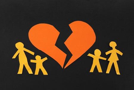 Papier familie splitsen uit elkaar met gebroken hart in het midden Stockfoto