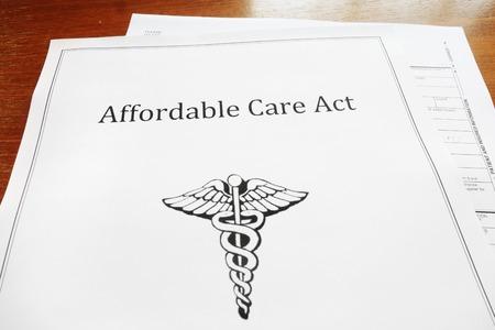 저렴한 케어 법  Obamacare 문서 (책상 위) 스톡 콘텐츠