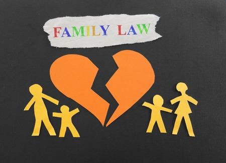 Papierfamilie mit gebrochenem Herzen und Familienrecht Text Standard-Bild - 34580550
