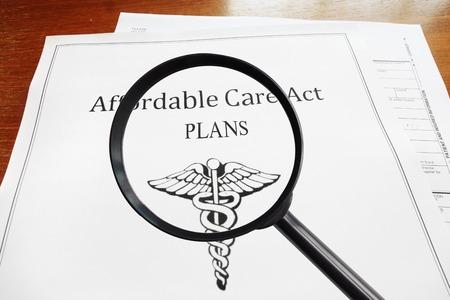 Le document plans Affordable Care Act et loupe