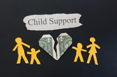 apoyo familiar: familia de papel con el coraz�n roto y dinero texto de Manutenci�n de Ni�os