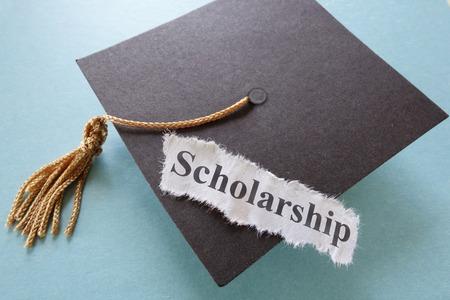 paper note: Becas de papel de nota sobre un casquillo de la graduaci�n