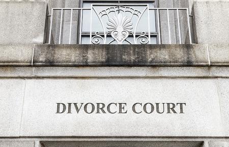 divorcio: Fachada de un edificio con Corte Divorcio grabado en piedra
