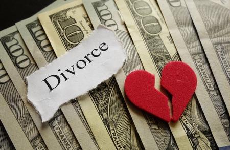 Broken red heart and Divorce paper note on cash Stockfoto