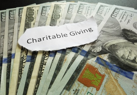 contribuire: Charitable messaggio di carta che d� su contanti assortiti Archivio Fotografico