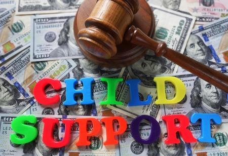Child Support Buchstaben mit Hammer und Geld Standard-Bild