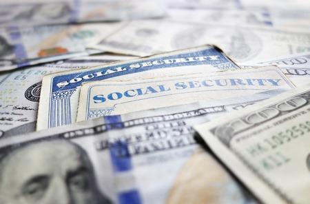 Tarjetas de Seguro Social y el efectivo surtidos Foto de archivo - 37197046