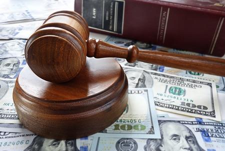 divorcio: Mazo legal con dinero en efectivo y la ley libro Foto de archivo