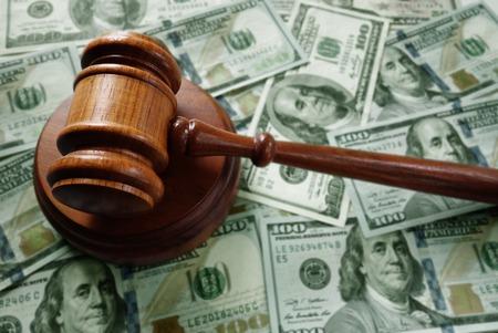 Rechters juridische hamer op diverse contant geld Stockfoto