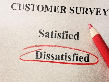 Insoddisfatto cerchiata in cerchio rosso sul sondaggio clienti