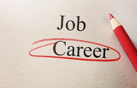 competencias laborales: Trabajo y carrera círculo rojo con lápiz sobre papel con textura Foto de archivo