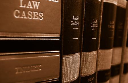 ley: Casos de derecho y libros de derecho en un estante Foto de archivo