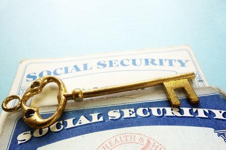 seguridad social: Tarjetas de Seguro Social y llave de oro viejo - concepto de jubilación Foto de archivo