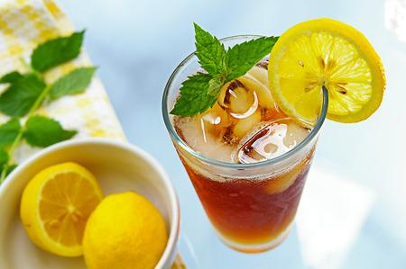 té helado: vaso de té helado con limón y menta fresca