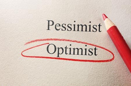 optimismo: L�piz rojo c�rculo alrededor de Optimismo, pesimismo vs