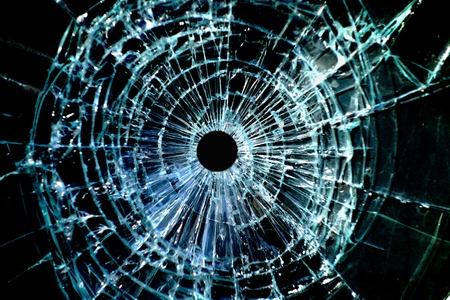 trou de balle dans un morceau brisé de verre