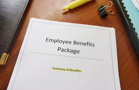 Employee Benefits Pakket document op een bureau