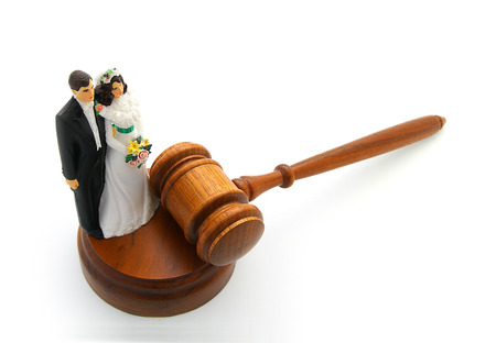 divorce court: Bride and groom cake topper couple with legal gavel Stock Photo