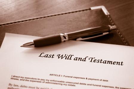 abogado: Última voluntad y testamento documento con la pluma Foto de archivo