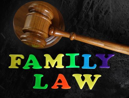 à  law: Derecho de Familia en las cartas de juego con jueces martillo Foto de archivo