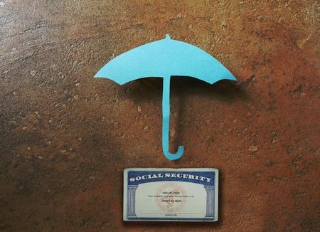seguridad social: Paraguas de papel sobre un concepto de jubilación segura tarjeta de Seguro Social