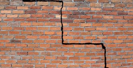 ladrillo: Gran grieta en una pared de ladrillo cimientos del edificio