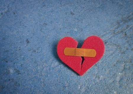 Gebrochenen red heart Standard-Bild - 41987077