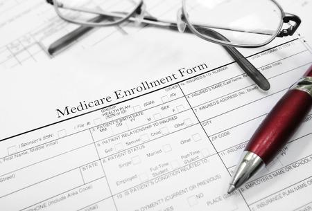 Documento Formulario de Inscripción de Medicare con gafas y la pluma Foto de archivo - 42892643
