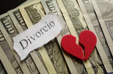 divorcio: Broken corazón rojo y Divorcio papel de nota en efectivo