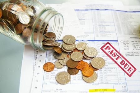 munt pot met geld op Vervallen medische rekeningen Stockfoto