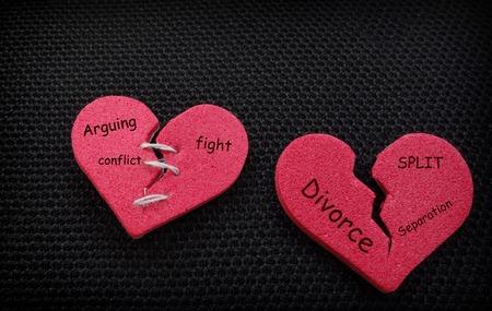 divorce: Dos corazones rotos con mensajes relacionados con el divorcio surtidos