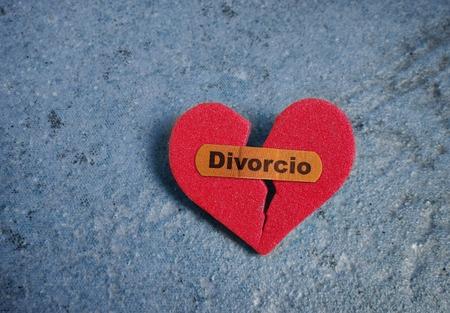 Broken corazón rojo con una curita o el texto Divorcio Foto de archivo - 44264467