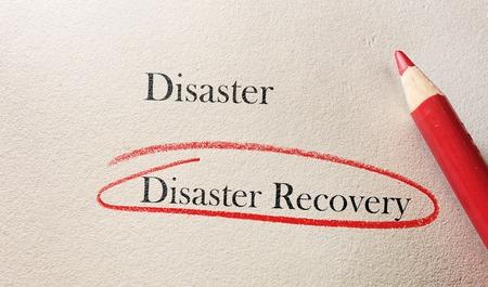 재해 복구 텍스트는 빨간색 연필 원 스톡 콘텐츠