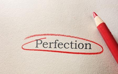 Perfectie tekst omcirkeld in rood potlood op grof papier Stockfoto