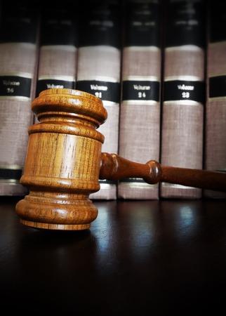 divorce: Mazo de la corte frente a libros de derecho