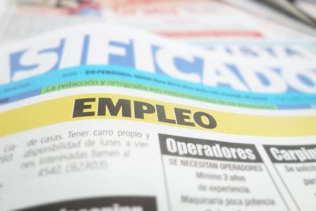 스페인 신문은 고용 empleo 단면도를 분류했습니다 스톡 콘텐츠