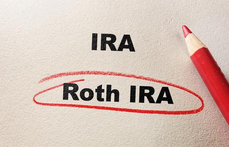 Roth IRA omcirkeld in het rood potlood, met IRA tekst Stockfoto
