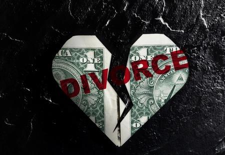 divorcio: Dólar en forma de corazón agrietado con el texto Divorcio roja
