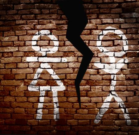 divorce: Hombre y mujer figuras pintadas en una pared con una grieta entre ellos - Concepto de divorcio