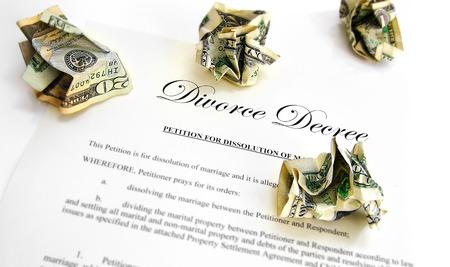 mariage: Jugement de divorce et froissé argent Banque d'images